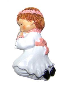 Imán en resina niña con vestido Comunión en blanco y adornos en rosa, de rodillas rezando