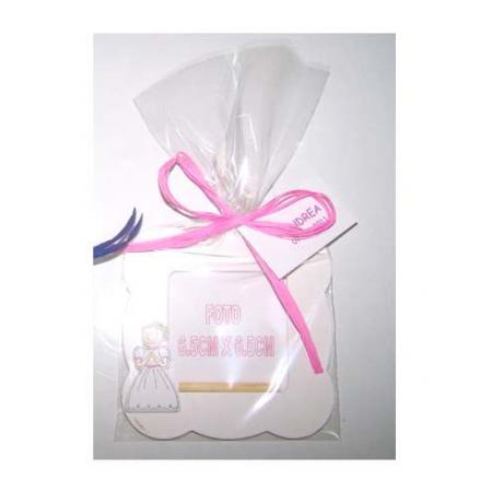 Marco de fotos ondas madera en blanco, niña comunión con bolsa, rafia y tarjeta personalizada.