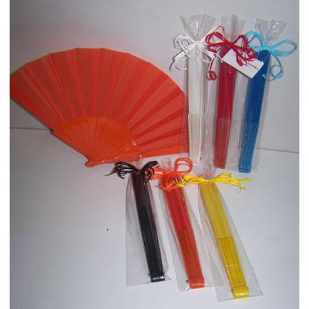 Abanico de plástico presentado en bolsa, con lazo y tarjeta personalizada