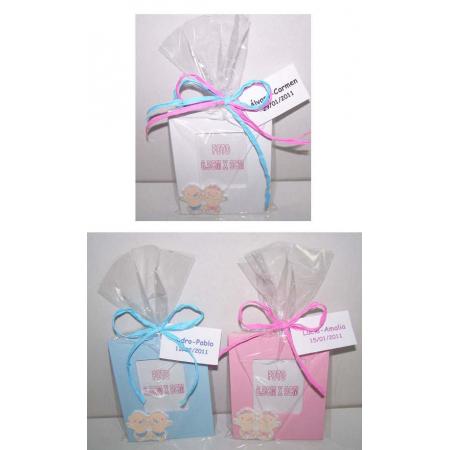 Marco de fotos en madera bebés gemelos en bolsa y tarjeta personalizada.