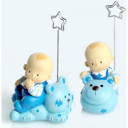 Sujeta tarjetas bebé niño sobre animalito
