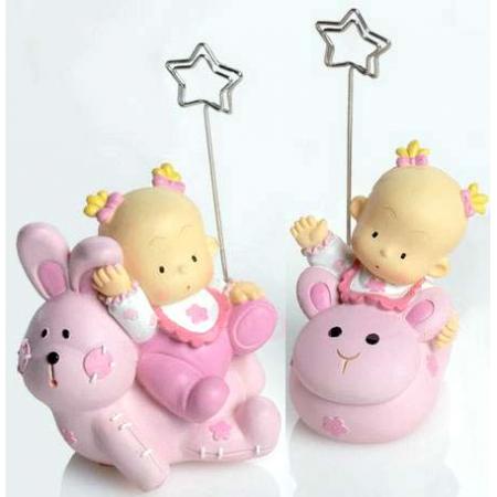 Sujeta tarjetas niña bebé sobre animalito, recuerdo para bautizo