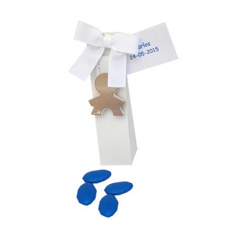 Llavero metal con simil-piel silueta niño, en caja alta cartulina, con lazo otomán goma, 5 peladillas de chocolate azul