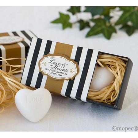 Jabón con forma de corazón en caja de regalo.