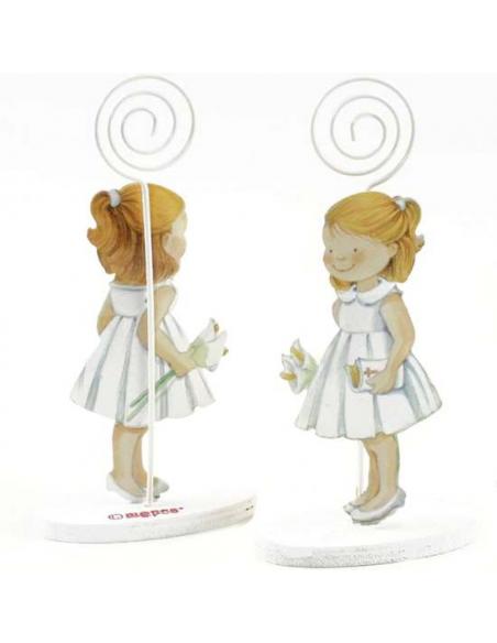 Clip portafotos en resina, niña Comunión, con vestido baby doll, en la mano lleva dos lirios y la biblia.