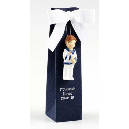 Imán en resina niño marinero con cirio. Se presenta en caja con lazo a tono y 3 peladillas
