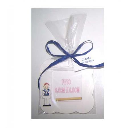 Marco de fotos ondas madera en blanco, niño comunión con bolsa, rafia y tarjeta personalizada.