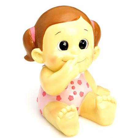 Figura hucha para decorar la tarta de bautizo que presenta un bebé con pelele en rosa.