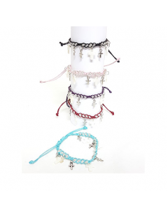 Pulseras ajustables con cruces de metal. Disponibles en diferentes colores.