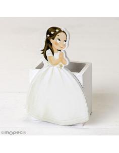 Lapicero de madera con una niña vestida de comunión, en el pelo con una corona de flores.