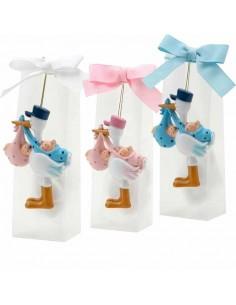 Imán cigüeña con gorrita, llevando a gemelos o mellizos, en caja con peladillas