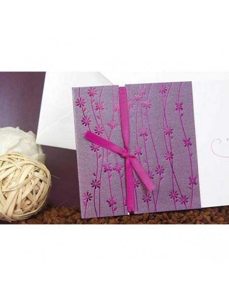 Detalle decorativo de la invitación de boda con tonos morados