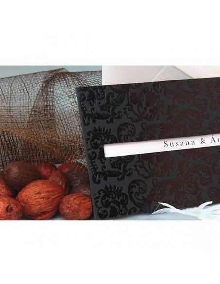 Invitacion de boda negra con relieve dibujo Damasco