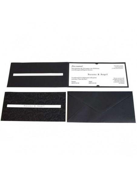 Detalle de la invitacion de boda negra con relieve y el sobre