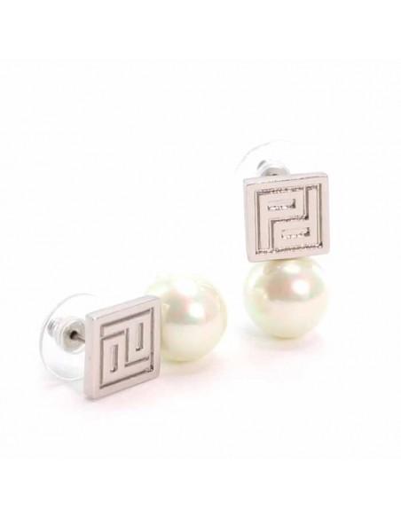 Detalles y posicion de los pendientes de pertegaz plateados y perlas