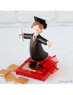 Figura niño graduación con napolitanas de chocolate