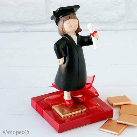 Figura niña graduación con napolitanas de chocolate