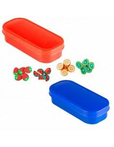 Caja azul o roja con gomas frutas para borrar