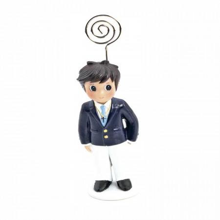 Clip portafotos en resina, niño con chaqueta en marino y pantalón blanco, corbata en azul a juego y con cruz colgada.