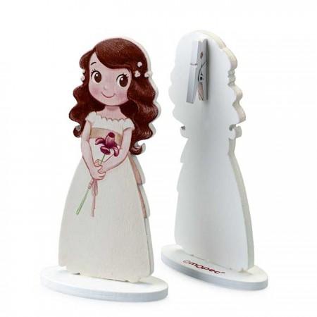 Pinza portafotos en madera, niña Comunión, con vestido recto, en la mano lleva un lirio, el pelo largo con florecitas sueltas.