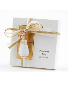 Imán niña Primera Comunión, vestido blanco con fajín en beig y corona flores, en estuche cartulina con 2 napolitanas