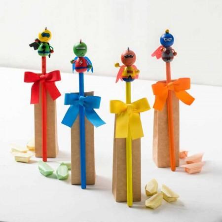 Lápices con muñeco de superhéroes de colores y 3 caramelos