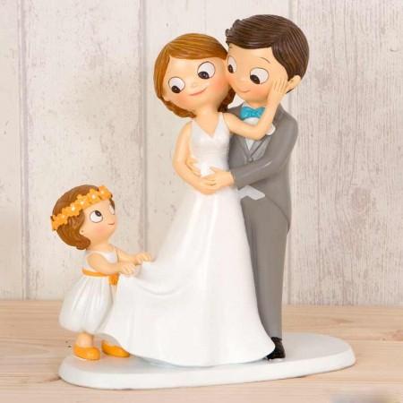 Figura novios con niña sujetando el vestido de la novia