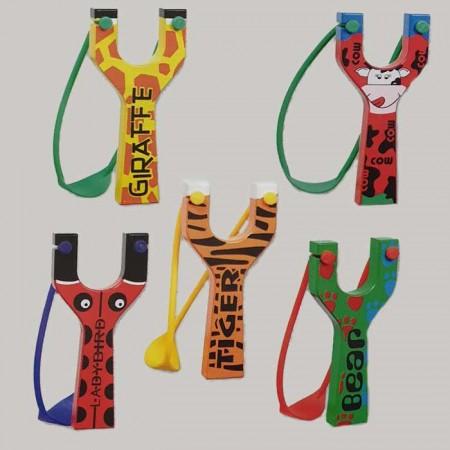 Tirachinas de madera decorados con diseños inspirados en animales.