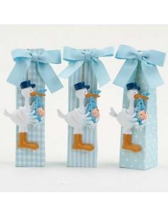 Imán para bautizo, cigüeña con bebé azul, presentado en caja con peladillas
