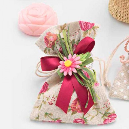 Bolsa estampada con flores y un jabón con forma de rosa