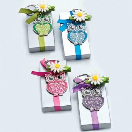 Llavero con forma de Búho lima en caja plateada con lazo y flor