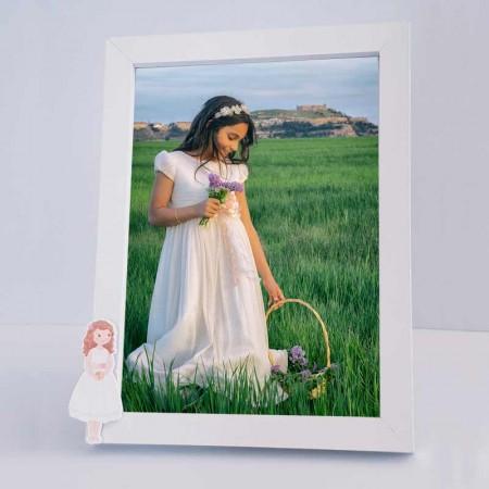 Marco de fotos para comunión de madera, niña con vestido corto y biblia