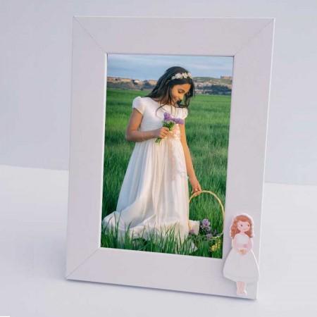 Marco de fotos decorado con la figura de una niña con biblia y vestido corto