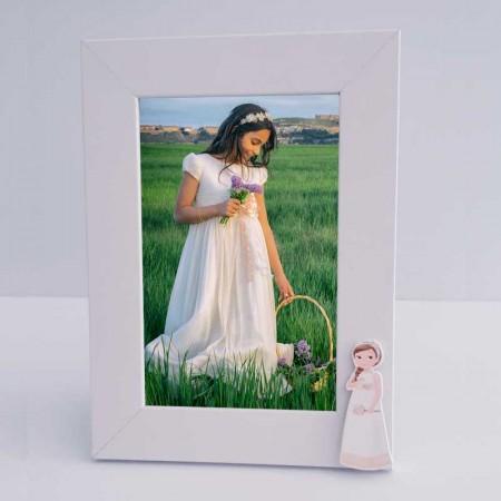 Marco de fotos decorado con una figura de niña con flores y trenza