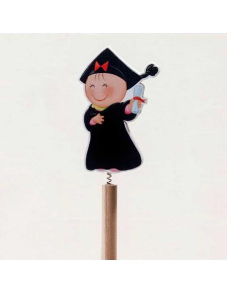 Detalle de la figura de niña unida al lápiz