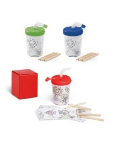 Vaso de plástico con pajita con plantillas para pintar