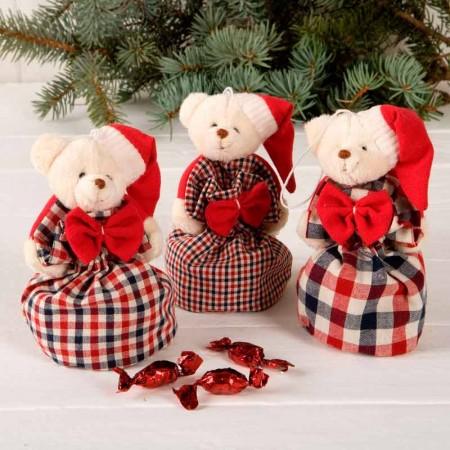 Osito de peluche con saquito de caramelos y gorro de Papá Noel.
