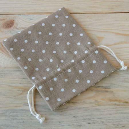 Bolsa de algodón marrón con topos de color marfil, 14 cm.