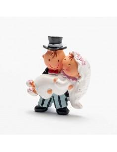 Imán novio con la novia en brazos.
