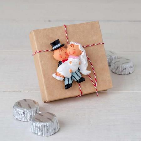 Imán novio con la novia en brazos, con caja de bombones