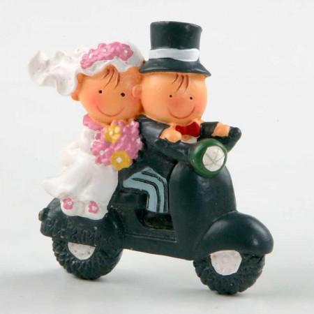 Romántico imán de novios en moto. Recuerdo para bodas