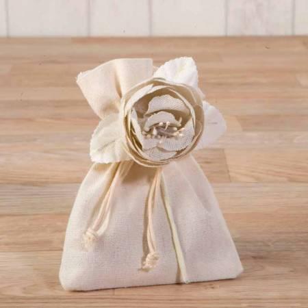 Flor de algodón en marfil con 3 bombones de chocolate