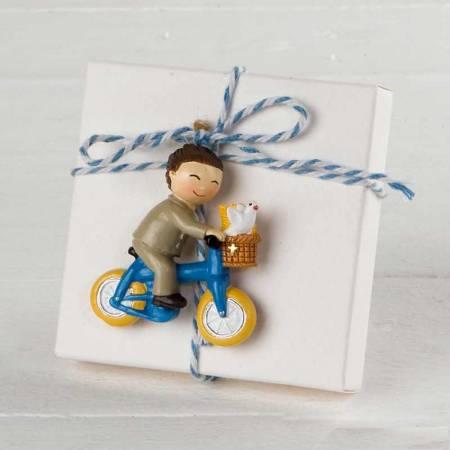 Imán en resina, niño Comunión en bici, en caja con peladillas y tarjeta personalizada