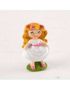 Imán en resina, niña Comunión pradera, con vestido corto en blanco, fajín en rosa y una corona flores en la cabeza