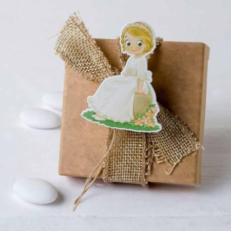 Estuche con tres peladillas de chocolate, decorado con lazo arpillera y sujetando la tarjeta personalizada