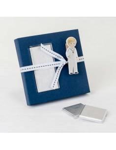 Estuche con 2 napolitanas pinza niño vestido marinero que sostiene la tarjeta personalizada