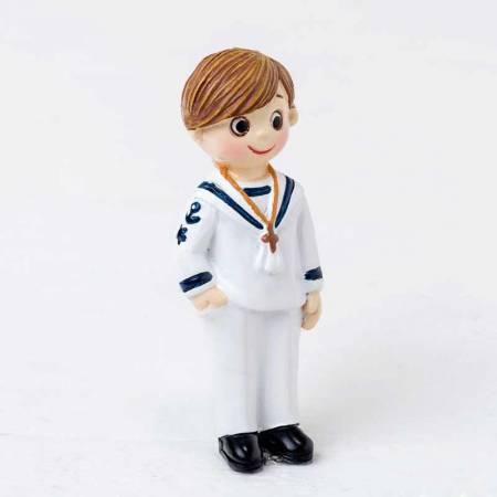 Imán realizado en resina niño con traje de marinero, con una mano en el bolsillo