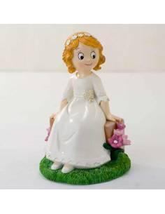 Muñeco tarta Primera Comunión niña sentada en banco flores