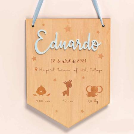 Banderín de madera con nombre en metacrilato celeste y datos del bebé, personalizado
