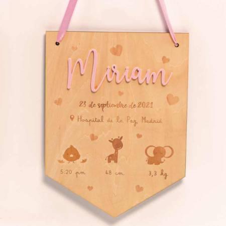 Banderín de madera con nombre en metacrilato rosa y datos del bebé, personalizado